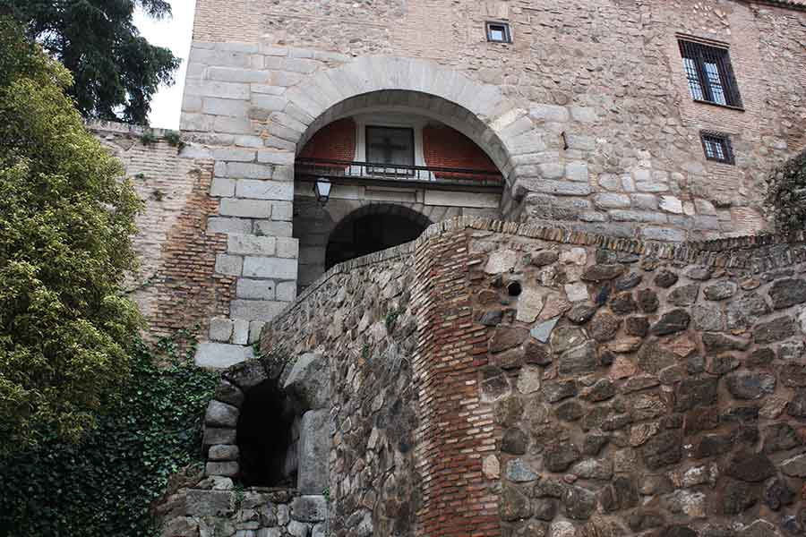 Puerta de Valmardon y cloaca romana
